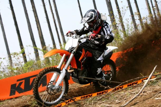 KTMバナーをバックにルーストをUP! 250cc感覚で振り回せる軽さが魅力。