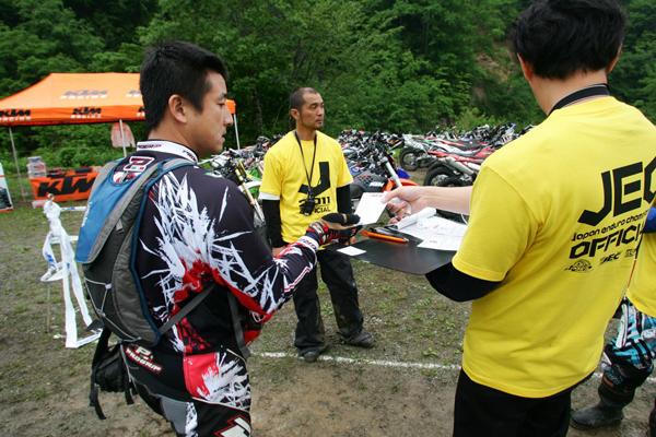 翌日のJNCCには選手として参加したイシゲさんは、JECプロモーションのメンバーなので、この日はスタッフとして働きまくっていました! お疲れさまでした。小菅さんのお姿も見えます。