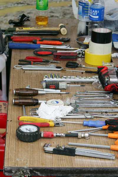 ワーキングエリアでのライダーとメカの作業も、スリリングです。工具の置き方も、プロのこだわり。これは達人、オープンエリアさんのPIT