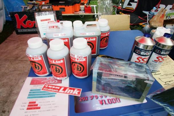 ABITツールさんのブースでは、エボレックスリンク(エンジンオイル)をPR。パリダカで有名な菅原さん(カミオン)も使用される高性能オイルとのこと。