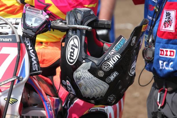 星野優位選手のヘルメット。ブラックラメのチョイ悪仕様
