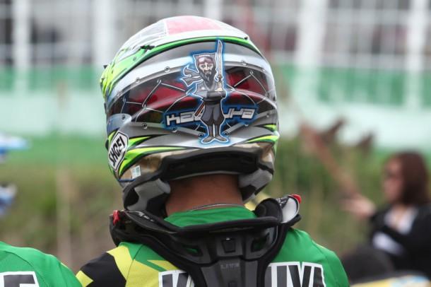 そんな勝谷選手のヘルメット! イラスト似すぎ!