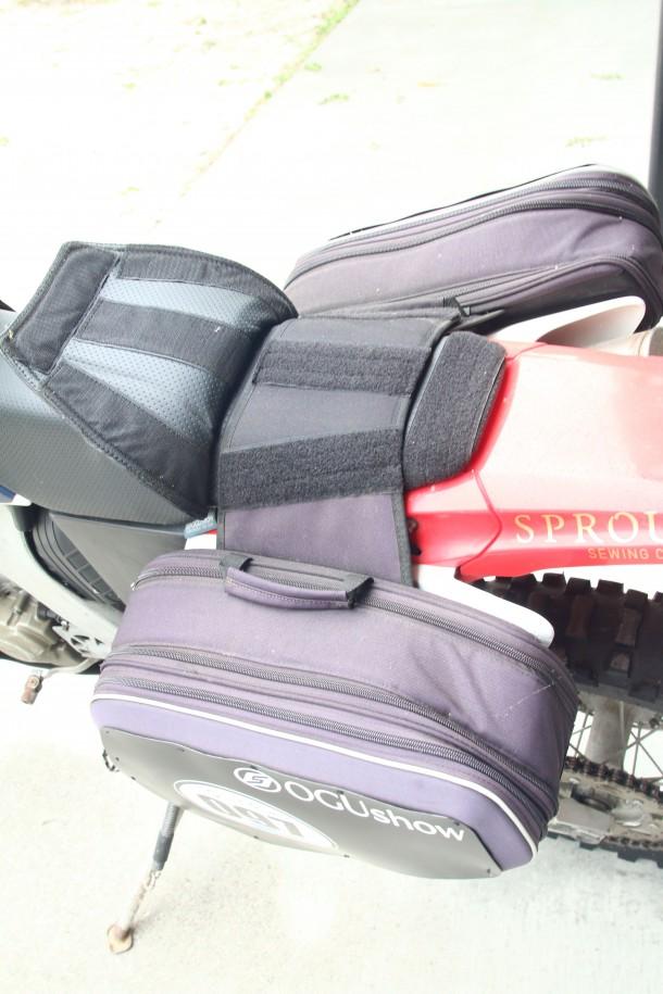 長距離を走るためOGUShowオリジナルのシートクッションを搭載。サイドバッグ固定のためのベルクロもつく便利アイテム