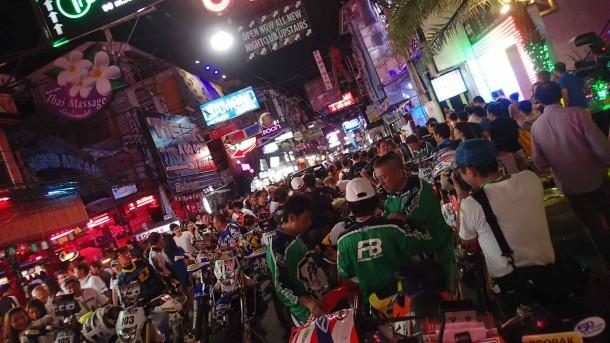 パタヤのスタート地点。まあ、とにかく凄い所でしたよ。観光客はラリーマシンに興味津々のようでした。タレントのヒロミさんも、バイクに興味があるようで、談笑していました