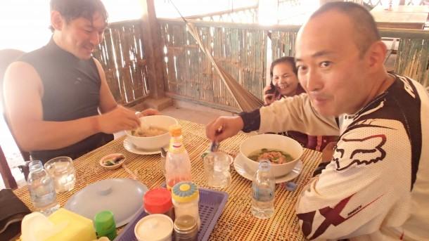 カンボジアの最初のSSに入る前に腹ごしらえ、ということで、山田さんと梶野さんとヌードルを食す。氷入りグラス、、、少し危険を感じましたが、気にせず飲み干しました(笑)