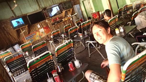 アンコールワットのある街で、ちょっとお茶しようと立ち寄った。ここ、いわゆるカンボジア版のスポーツバーです。ヌードルとコーラで一休み