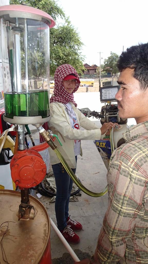 そこのガソリンスタンドのお姉さん、可愛かった! カンボジアの女性は美人が多い気がします