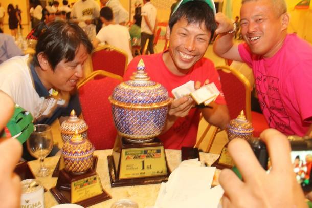 優勝の前田さんに「賞金ドヤ顔」をわざとやってもらいました(笑)。池町さんの表情が(笑)