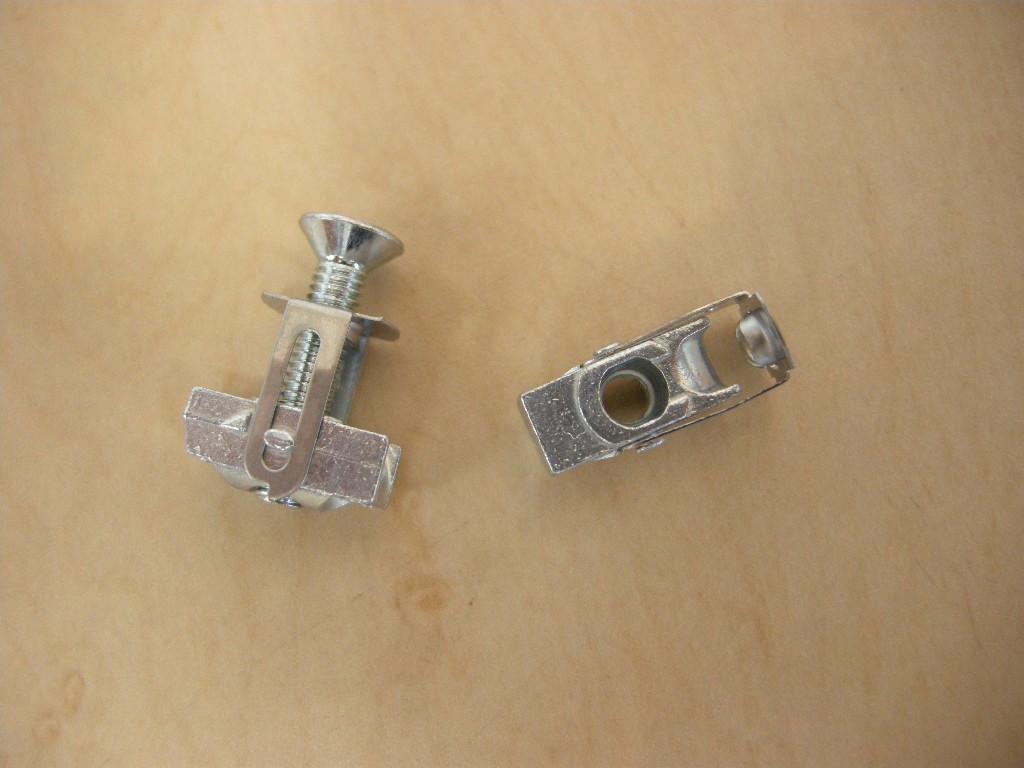 裏側に手が入らない場所でもナットを装填できる優れもの。M6〜M8ぐらいのサイズが一般的で、鉄板に穴さえ開けられれば、かなりしっかりしたフックを付けることができる