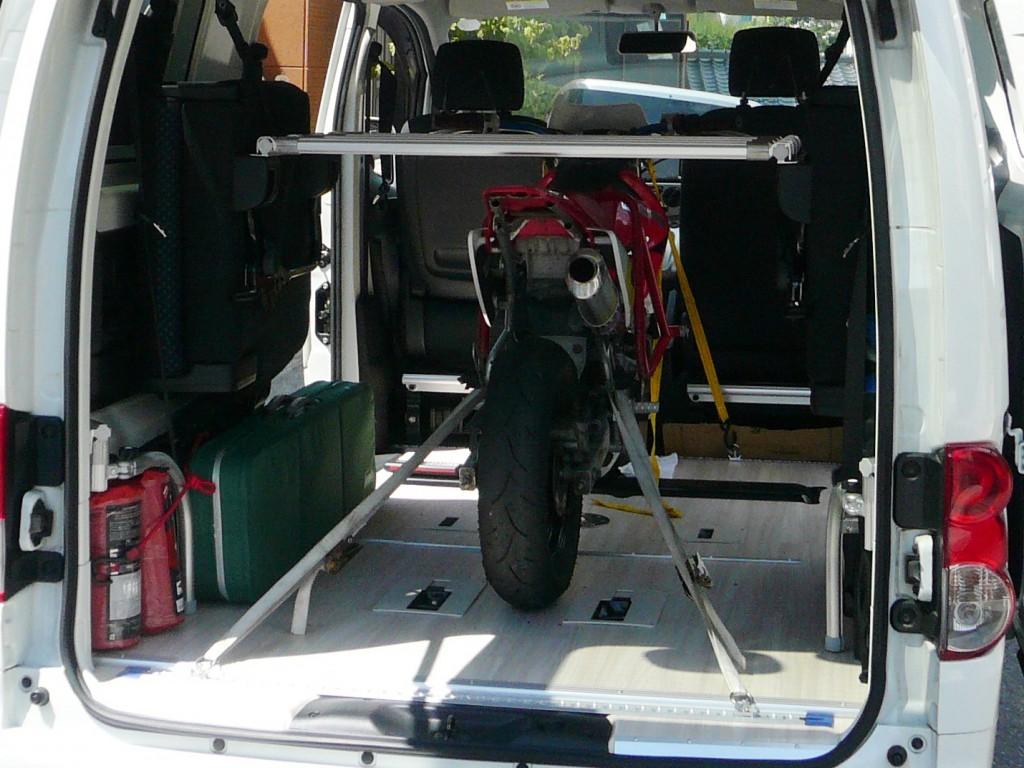荷室の前・中・後に、バイクと垂直にタイダウンフック用のレールが付けられているのが分かるだろうか? 床下への穴あけはかなり難易度が高いので、プロに任せるのが良いだろう