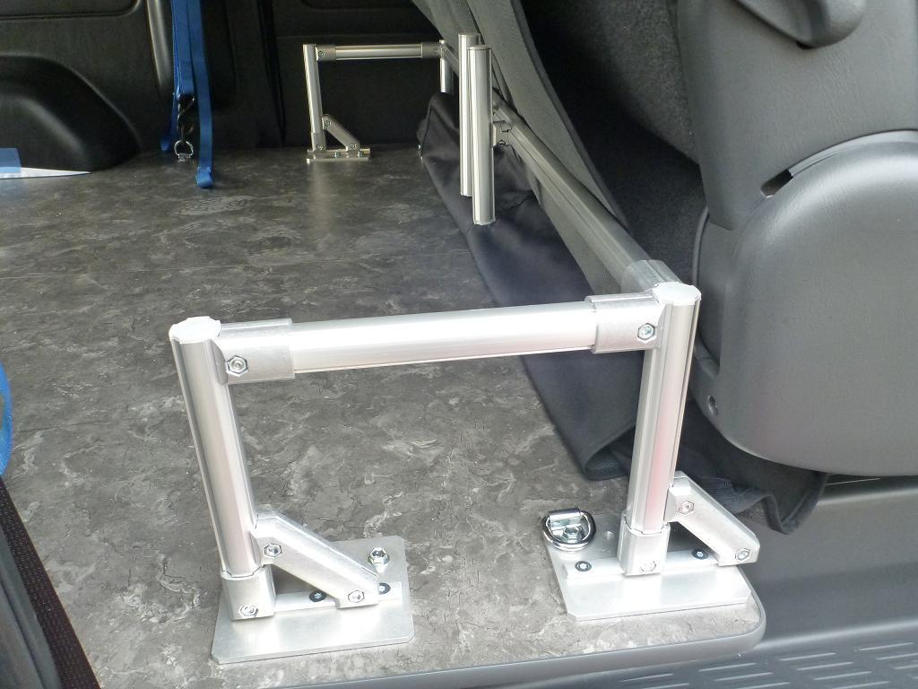 上記のような方法で板の裏面にナットを装填できるおかげで商品化されているのが、タイヤストッパー付の延長フロアパネル。アルミ板の面積が広いので、ボルト2本でもかなりの強度があるスグレモノだ