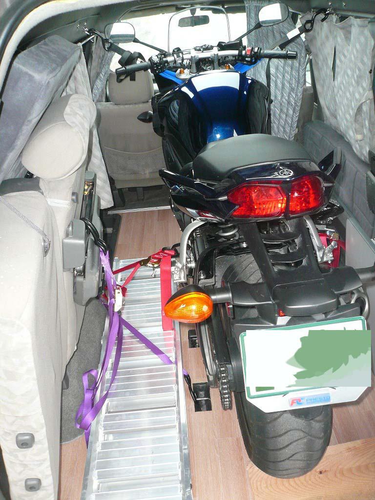 大型バイクなので、ハンドルのほか、ステップ周辺も固定。ハンドルを固定している壁部分に、しっかりしたフックが付けられているところに注目