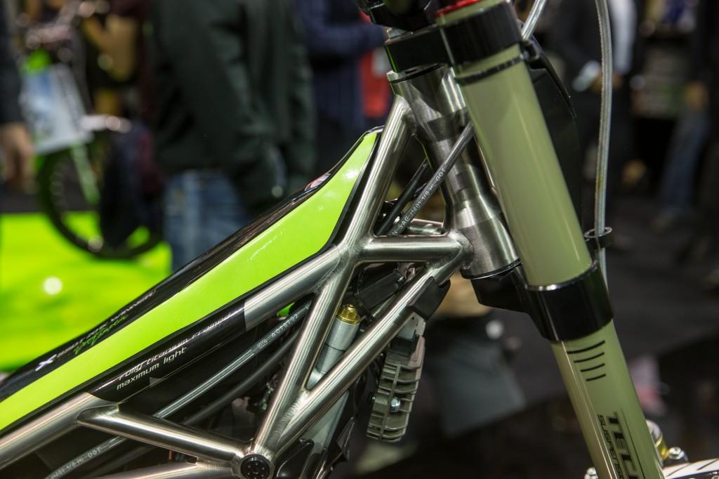 みてくださいこのトラスフレーム。ロウカラーの仕上げは、まさに自転車のようです