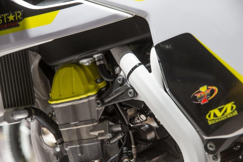 KTMファクトリー同様、エンジンハンガーにはカーボン製が奢られています