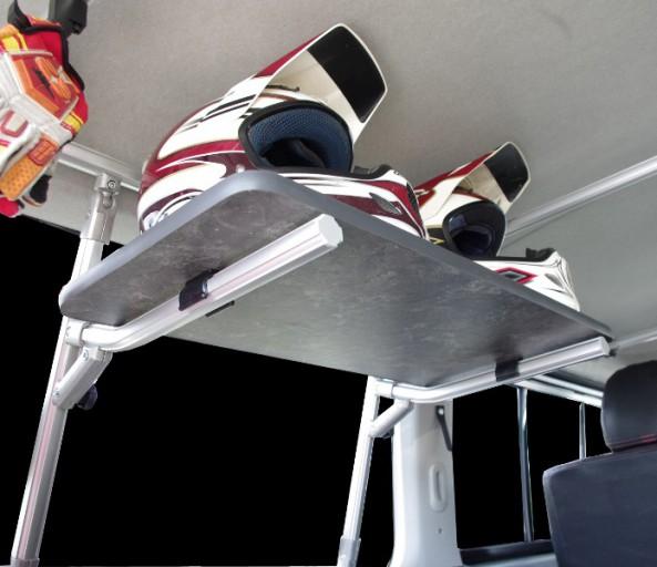 デッドスペースの有効活用にヘルメットトレー