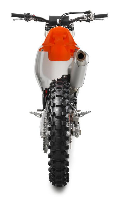 141627_KTM 250 SX-F rear MY2017 studio