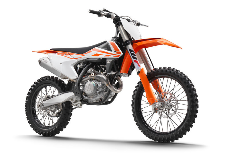 141638_KTM 450 SX-F right front MY2017 studio